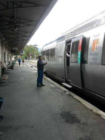 Ligne Des Alpes L Agent Autorisant Le Depart Du Train