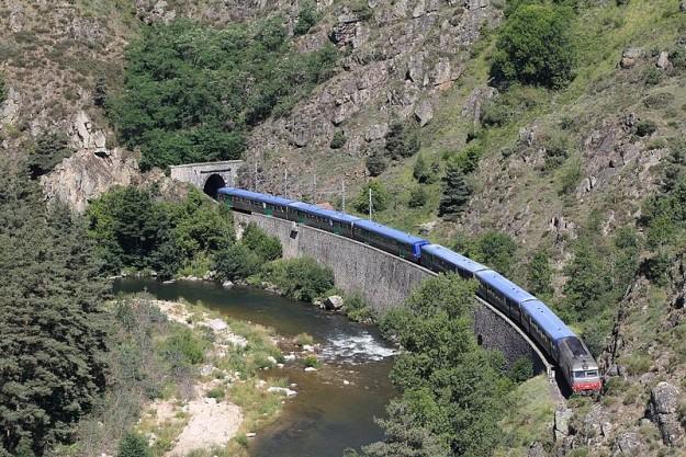 800px-Train_touristique_en_direction_de_Langeac_au_PK_573,500_de_la_ligne_des_Cévennes_(Lunon)[1]