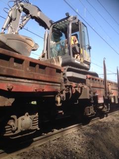 Pelle sur le train pour répartir les gravats sur les wagons plats