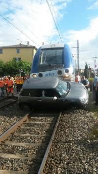 Voiture encastrée sous le train au PN de Vernaison